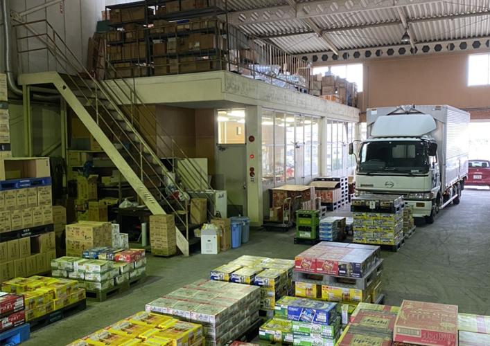 倉庫内のトラックのイメージ